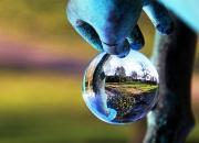 Bronzeskulptur der holder fast i naturen